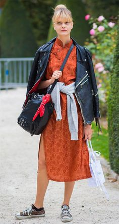 Street style look com vestido laranja.