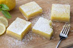 I lemon bars sono un dessert fresco e goloso di origine anglosassone, realizzato con una base di frolla scioglievole e profumata crema al limone!