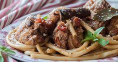 Κοτοπουλο Παστιτσαδα: Κοκκινιστο με Κρασι και Μπαχαρικα στη Κατσαρολα. Σερβιρεται με χοντρο μακαρονι.