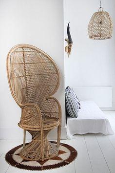 """Le fauteuil Emmanuelle, dont le nom s'inspire de l'affiche du film bien connu, ou """"Peacock chair"""" en Anglais, c'est l'assurance d'une to..."""