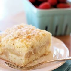 Apple Crumble Slice - it consists of a cake like base, a layer of cinnamon flavoured apple, and then finished off with a crumble topping. Apple Cake Recipes, Apple Desserts, Dessert Recipes, Kabob Recipes, Fondue Recipes, Drink Recipes, Def Not, Gateaux Cake, Crumble Topping