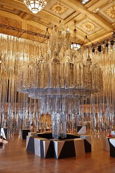 Wedding inspiration great Gatsby theme / idea. Black and gold sequin feather & glamour ! Table decoration wedding reception room