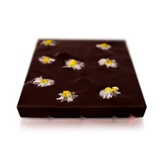 Belgian dark chocolate with candied daisy flowers and freeze-dried strawberries. You will quickly embrace this chocolate with its floral beauty and taste. We candy the daisies one by one, with greatest care so that they maintain their perfect shape and colour. With this indulgent treat you can taste the natural sweetness of fresh strawberries, without any sugar added or any sweeteners and preservatives. Edible Flowers, Daisy Flowers, Daisies, Strawberry Nutrition Facts, Freeze Dried Strawberries, Candied Fruit, Freeze Drying, Perfect Gift For Her, Vanilla Flavoring