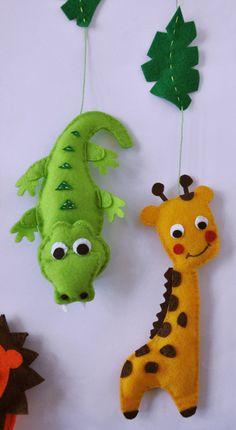 krokodýl a žirafa IKO Plush Jungle Baby Mobile - Crib Mobile - Nursery Jungle Mobile - Felt Mobile - Lion Monkey Giraffe Hippo Crocodile - Unique Baby Mobile Baby Crafts, Felt Crafts, Diy And Crafts, Crafts For Kids, Craft Projects, Sewing Projects, Felt Mobile, Felt Decorations, Felt Fabric