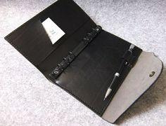 手工皮件設計 U-Style 真皮活頁筆記本+鈔票袋 弧形上蓋升級版 A6-Size 個性黑 - 阿曼設計│YOURS手工皮件 | Pinkoi