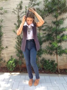 Calça jeans skinny + blusa branca de botão + maxi colete de alfaiataria + oxford