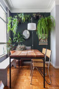 As plantas são outro recurso usado pelo morador para deixar o apê com cara de casa, mas além do fator decorativo elas também evocam lembranças boas e são uma forma de deixar os ambientes mais vivos. #plantas #plants #jardim