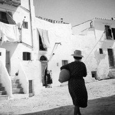 Reynaldo Luza, un artista del glamour que captó la sociedad ibicenca de los años 30 Man Ray, Ibiza Formentera, Harper's Bazaar, Glamour, Architecture, 30 Years, Country Women, International Waters, Salvador Dali