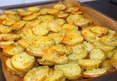 Krispig potatis med ost som är god att servera som tillbehör vid maten. Enkel att laga och mycket uppskattat av alla kring matbordet. 4 portioner krispig potatis med ost 6 st potatis, fast sort 3 dl riven ost 1 tsk vitlökspulver 1 msk salladskrydda eller örtsalt 0,5 tsk svartpeppar Olivolja Serveringsförslag: Saftig kycklingfilé- recept HÄR! Gör såhär: Tvätta potatisarna noga och behåll skalet på. Skär i ca 5 mm tjocka skivor. Lägg i en form med bakplåtspapper, krydda, strö på ost och ringla… Easy Cooking, Cooking Recipes, New Recipes, Zeina, Scandinavian Food, Good Food, Yummy Food, Potato Dishes, Queso