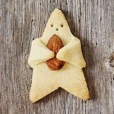 """Der zuckersüße """"Knuddel-Keks Stern"""" erobert die Backwelt und erfreut das Herz! Mit diesem Ausstecher aus rostfreiem Edelstahl von der Marke BIRKMANN gelingt der niedliche Keks im Handumdrehen. Die verlängerten Zacken sind ideal dafür geeignet, den Stern eine zusätzliche Leckerei, z.B. eine Nuss oder Schokolinse umarmen zu lassen und dem Plätzchen somit das gewisse Etwas zu verleihen. <br /> <br /> - zuckersüßer Stern-Ausstecher<br /> - aus rostfreiem..."""