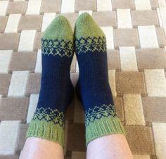 Sinivihreät kirjoneulesukat Fair Isles, Fun Projects, High Socks, Knit Crochet, Knitting, Crocheting, Slippers, Diy, Decor