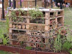 Een vertikale tuin en insectenhotel met pallets!