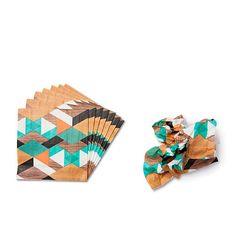 Tigers designere har leget med geometriske mønstre, som du kan finde på flere varer. Her på 30 servietter til en tier. Kr. 10,-