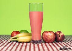 Jablka očistíme a zbavíme jádřinců. Vložíme do mixéru, přidáme jablečný džus a jogurt. Rozmixujeme a poté dochutíme skořicí a vanilkovým cukrem.