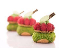 Pâte à choux- craquelin pistache- crémeux framboise- confit de framboise fleur…
