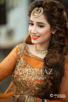 Stylish Bridal Mehndi Hairstyles for Ultimate Traditional Look Hairstyle : Stylish Bridal Mehndi Hairstyles for Ultimate Traditional Look easyhairstyle hairstyle hairstylecorto hairstyleforroundface hairstyleforshorthair hairstyleforthinhair hairstyleide Pakistani Wedding Outfits, Pakistani Dresses, Pakistani Mehndi, Desi Wedding, Wedding Bride, Lehenga, Mehndi Hairstyles, Hairstyles 2018, Bridal Hairstyles