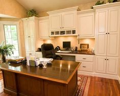 layout like this in terms of built ins and desk