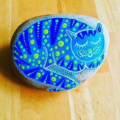 Gato en piedra pintada azul Pet Rocks, Serving Bowls, Decorative Bowls, Tableware, Painted Rocks, Painted Fish, Comet Goldfish, Blue Nails, Gatos