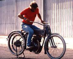 Steve McQueen sur une ancienne Harley-Davidson