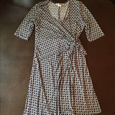 Maternity Dress Maternity dress in stretchy jersey with a navy & white chain link pattern. Perfect for the office or an evening out. Wrap style allows you to adjust the fit to your growing belly. Only worn once for my baby shower, excellent condition. Japanese Weekend Dresses