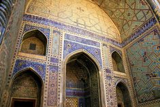 The epitome of Timurid architecture, the portal of the Bibi Khanym Mosque features arabesques, blue and white mosaic patterns, inscriptions and gold calligraphy, and uses inspiration from both Persian and Ilkhanid styles.