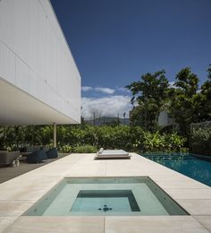 """Sao Paulo-based architecture studio is behind the construction of the paradisiac villa """"Casa Branca"""", which design is inspired by Brazilian mod Contemporary Architecture, Interior Architecture, Studio Mk27, Decoration Entree, Modern Tropical, Home Studio, House And Home Magazine, Pool Designs, Minimalist Home"""