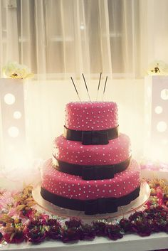 Bolo de 15 anos #cake #party #pink #black #polkadots #party #birthday #sweet16 #sweetsixteen #decoration  Foto: Brenda Pantoja