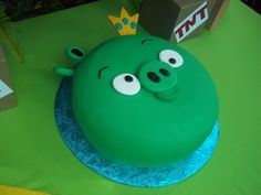 Angry bird cake - Dominic's BD cake when he turns 5.  THIS IS TOTALLY a cool cake for boys....ANNA Q. LUVS IT...