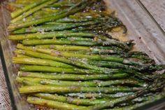Garlic and Parmesan Roasted Asparagus - The Cookin Chicks - Fırın yemekleri - Las recetas más prácticas y fáciles Parmesan Asparagus, Baked Asparagus, Asparagus Recipe, Garlic Parmesan, Roasted Garlic, Asparagus Spears, Roast Asparagus, Roasted Potatoes, Side Dish Recipes