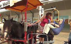 Η τελευταία βόλτα μιας ηλικιωμένης γυναίκας με άλογο (βίντεο)