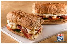 Pesto and Brie Baguette Pesto Chicken, Soup And Sandwich, Easy Food To Make, Long Weekend, Brie, Baguette, Bacon, Sandwiches, Tasty