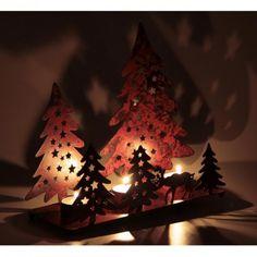 Ambiance festive et hivernale ! Ce très joli photophore en métal rouge est parfait pour votre déco intérieure des fêtes de fin d'année ! Très décoratif avec son motif de 5 sapins de noël, étoiles et 1 renne, rajoutez-y 3 bougies (non vendues ) pour embellir votre table ou illuminer votre maison par petites touches ... Dimensions : 28 x 10 x 19