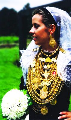 Noiva Minhota / Traditional bride outfit from Minho province (north of Portugal)