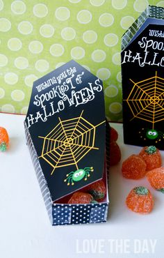 Spook and spoil your neighbors and friends with this FREE Halloween Printable Coffin Treat Box! Halloween Treat Boxes, Holidays Halloween, Halloween Treats, Halloween Diy, Happy Halloween, Halloween Decorations, Halloween Printable, Halloween Stuff, Halloween Costumes