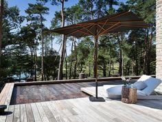 Le fond mobile par l'esprit piscine - 15 x 2,8 m Revêtement gris, noir et brillant Escalier droit Terrasse en ipé Fond mobile Aqualift