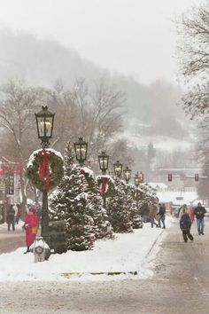 Pennsylvania Christmas- love the lamp posts Christmas Scenes, Noel Christmas, Country Christmas, Winter Christmas, Christmas Lights, Christmas Lamp Post, Christmas Wreaths, Merry Little Christmas, Vintage Christmas