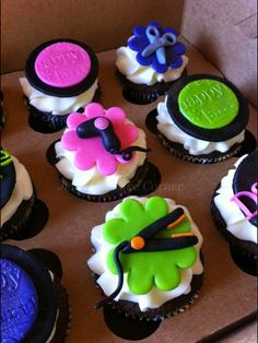 Salon cupcakes--showing dryers and flat irons in icing Cupcakes Fondant, Cute Cupcakes, Cupcake Cookies, Fondant Toppers, Fondant Figures, Hairdresser Cake, Salon Party, Spa Party, Home Hair Salons
