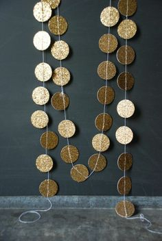 DIY sparkly gold circle garland - for the wedding reception or as photo booth backdrop