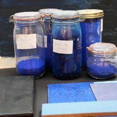 des bocaux et des échantillons pour un nuancier de teintures bleues