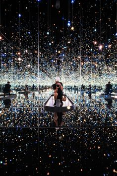 Man Taking Photo Of His Reflection On Mirror While Being Surrounded With Lights · Free Stock Photo Nature Pictures, Cool Pictures, Photography Portfolio, Art Photography, Infinity Mirror, Cleveland Museum Of Art, Artistic Installation, Interactive Art, Yayoi Kusama