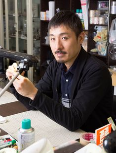 田中智 たなか・とも/1979年、大阪府生まれ。前職はトラック運転手という経歴を持つ。2001年にミニチュア制作を始め、「nunu's house」を主宰。企業向けの受注制作のほか、大阪・東京で教室も開講。作品の一般販売はしていない。近著に『田中智のミニチュアコレクション』(学研プラス)など