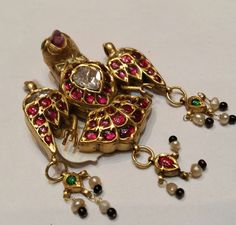 A fine gem-set gold pendant in the form of a Bird. India, first half Century. Antic Jewellery, Temple Jewellery, Gems Jewelry, Jewelry Art, Jewelry Design, Gold Jewellery, Indian Wedding Jewelry, Indian Jewelry, Bridal Jewelry