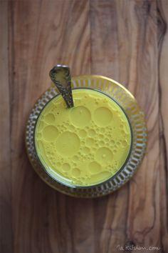Goldene Zeiten. Ich habe eine neues Lieblingsgetränk. Ein wärmender Kompagnon, ein goldener Stimmungsaufheller, nahezu eine neue Wunderwaffe. Die goldene Milch. Schon seit längerem stolpere ich immer wieder über interessante Hinweise auf die Heilkräfte von Kurkuma, auch Gelbwurz oder Safranwurz genannt. Bekannt ist dieses gelbgoldene Pulver vor allem als Hauptbestandteil von Curry, dem es unter anderem …