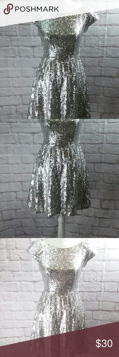 """B.Smart Women's Dress Prom Formal Silver Sequin 5 B.Smart Women's Dress Prom Formal Silver Sequin size 5 (B61P) Brand:B. Smart Color: silver Style: prom, formal, wedding, Christmas   Size: 5 Fabric: Nylon/polyester Condition: excellent pre-owned Measured flat:      *Armpit to Armpit: 16.5""""      *Shoulder to hem: 33""""      *Sleeve: cap style      *Hip:fuller skirt      *Waist:13"""", not much stretch (B62E) Please message with any questions! B. Smart Dresses Prom"""