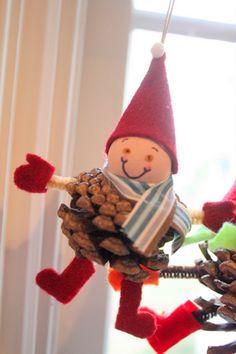 Duendes o elfos navideños hecho con piñas 6