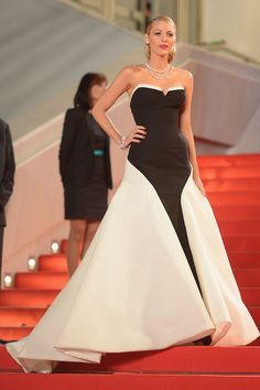 "Cannes 2014 Blake Lively lució un look black and white de Gucci, durante la alfombra roja de la premiere de ""Captives"""