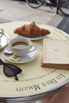 Les Deux Magots Café in Saint Germain, Paris - Brunch Ideen Saint Germain, St Germain Paris, Ernest Hemingway, Coffee Break, Coffee Time, Coffee Meeting, Coffee Coffee, Flatlay Instagram, Jean-paul Sartre