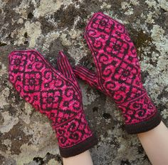 Ravelry: Keisarinna pattern by Tiina Kuu Knitted Mittens Pattern, Knit Mittens, Mitten Gloves, Knitting Socks, Knitted Hats, Knitting Patterns, Knitting Ideas, Knit Socks, Harry Potter Knit