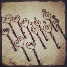 Krokar med pärlor i de jämtländska färgerna grönt, vitt och blått. #luffarslöjd #trådslöjd #pärlor #inredning #inredningsdetalj #fildefer #krok #krokar #jämtland Wire Art, String Art, Maya, Spider, Upcycle, Cycling, Projects To Try, Workshop, Sculpture