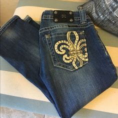 Miss Me Capri Super cute and in very good condition. Miss Me capri sits right at the bottom of my calf. I am 5'1. Miss Me Jeans Ankle & Cropped